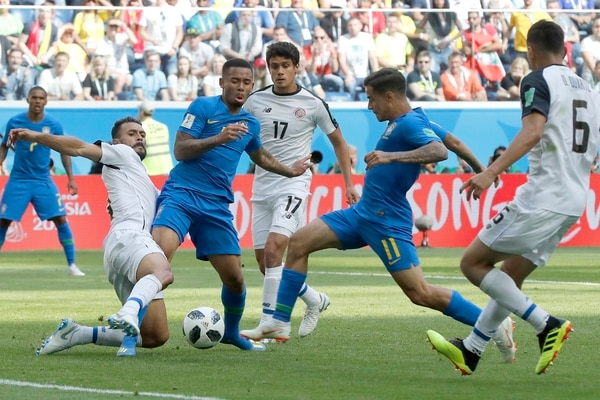 Brazil's Philippe Coutinho, second from right, scores his side's opening goal during the group E match between Brazil and Costa Rica at the 2018 soccer World Cup in the St. Petersburg Stadium in St. Petersburg, Russia, Friday, June 22, 2018. (AP Photo/Petr David Josek)
