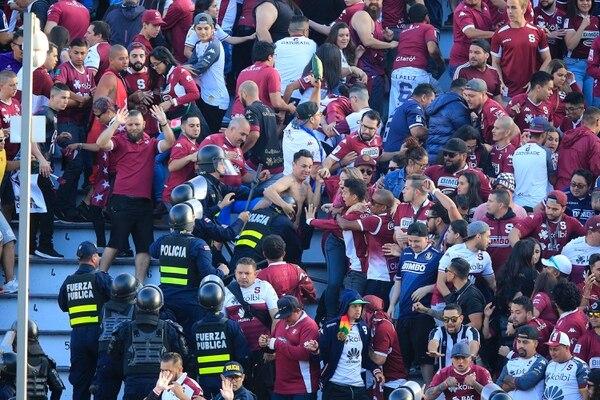 La ley aprobada faculta al Ministerio de Seguridad Pública a sancionar los recintos deportivos donde se realicen actos de violencia o de racismo. Foto: Rafael Pacheco