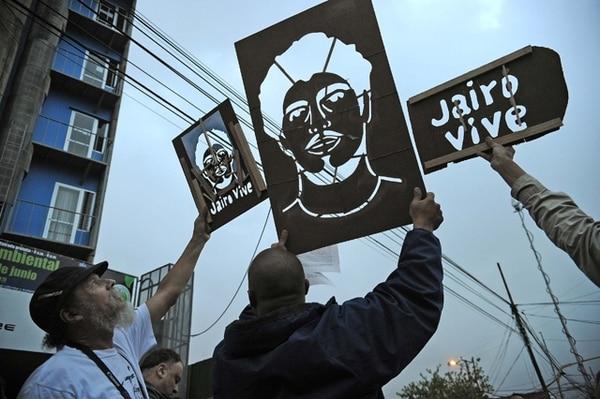 El miércoles, en la celebración de Día del Ambiente, cientos de personas conmemoraron la vida de Jairo Mora y exigieron la detención de los responsables de su muerte.   ALBERT MARÍN.