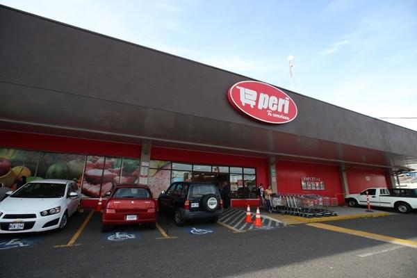 La cadena Walmart ha insistido en que la adquisición de Perimercados, Súper Compro y Saretto beneficiará el cosumidor y evitará eventuales despidos, pues recontratará a los trabajadores. Fotografia: Graciela Solís