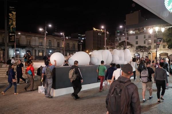Algunas de las esculturas del artista Jorge Jiménez Deredia están instaladas en la Plaza de la Cultura, en el centro de San José. La Nación / Foto de Jeffrey Zamora.