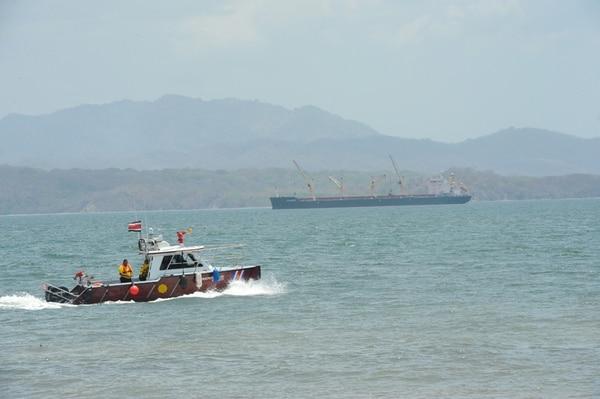 El fuerte oleaje en la costa del Pacífico provocó que, el sábado pasado, una barcaza con dos tripulantes a bordo derramara 180 toneladas de nitrato de amonio frente Puntarenas. Al fondo, la embarcación desde donde se hizo el trasbordo del producto a granel. | GESLINE ANRANGO