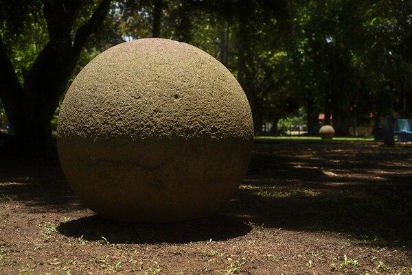 Sombra en dos esferas del parque de Palmar Sur a media mañana de un día de Sol cenital.