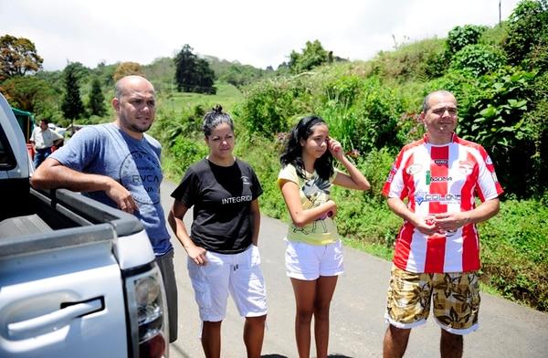 Marco Brenes, Laura Durán, Natasha y Mauricio Brenes (de izquierda a derecha) subieron hasta el sector de La Pastora para probar suerte y ver si lograban presenciar alguna erupción del Turrialba.   MELISSA FERNÁNDEZ