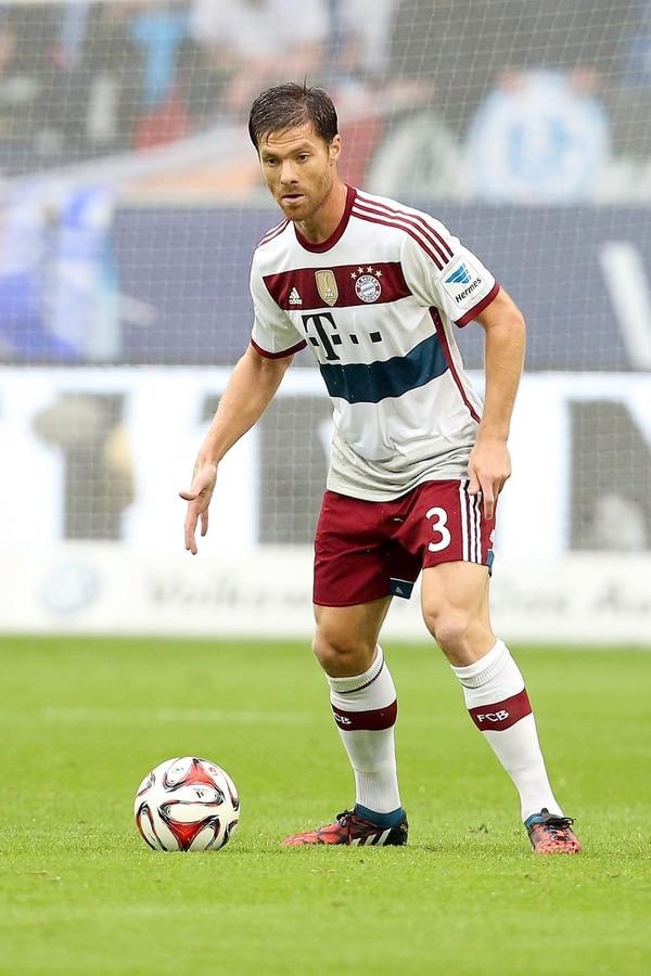 Xabi Alonso controla el balón este sábado en el debut con su nuevo equipo, el Bayern de Múnich ante el Schalke 04.
