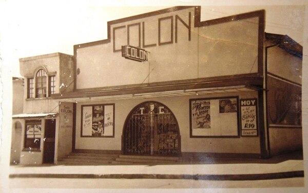 Fachada del Teatro Colón a mediados de la década de 1950. El teatro se ubicaba en la calle 20, en el centro del barrio México. Presentaba películas y, en ocasiones, espectáculos con artistas. Cerró sus puertas en 1970.