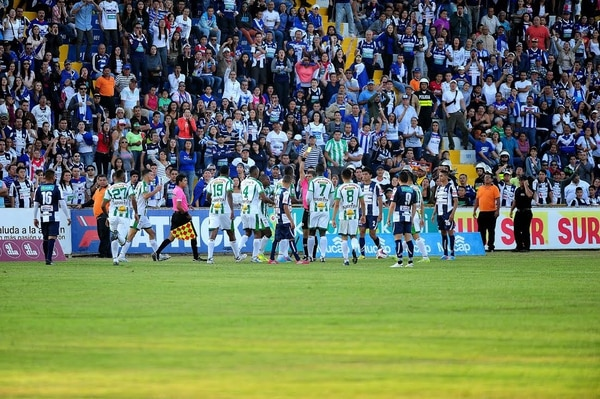 Aficionados de Cartaginés insultaron a los jugadores de Limón FC durante el juego de este domingo en el estadio José Rafael