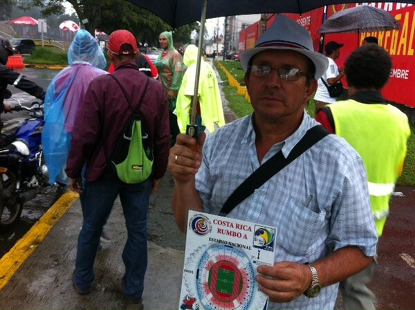 El revendedor Alfredo Moya muestra una imagen del Estadio Nacional con las diversas localidades que tiene en boletos.
