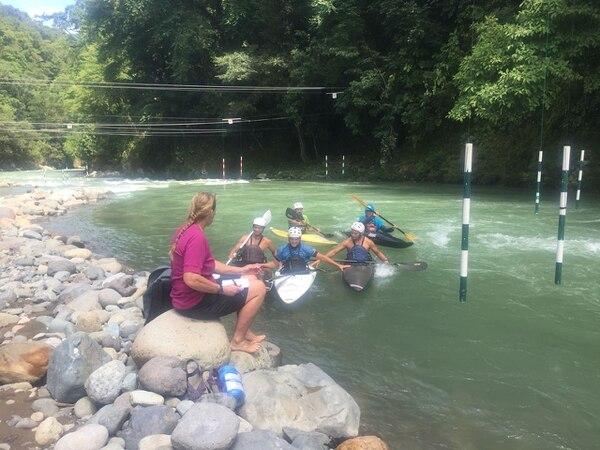 La entrenadora de la selección de Costa Rica, la estadounidense Catherine Hearn conversa con sus pupilos al margen del Río Pejibaye.