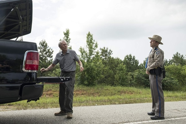 El rostro inocentede un adulto mayor para traficar armas es esencial en La mula. Un agente de la DEA le sigue la pista. Foto: Warner Bros
