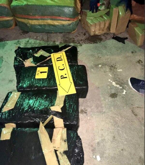 Los 250 kilos de cocaína iban ocultos en cinco pacas, confirmó la Policía.
