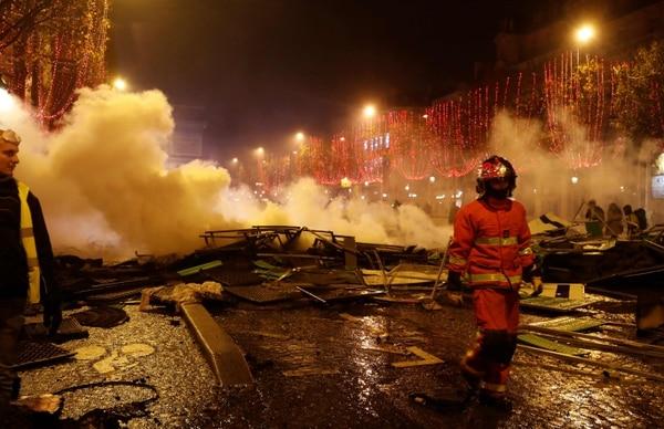 Un bombero se alejaba de una barricada incendiada en las cercanías del Arco del Triunfo, en los Campos Elíseos de París, el sábado 24 de noviembre del 2018.