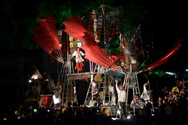Fiesta. Una propuesta muy vistosa fue la que compartió el Teatr Ósmego Dnia en el espectáculo El arca, que se presentó en La Sabana. Mariandrea García /LN
