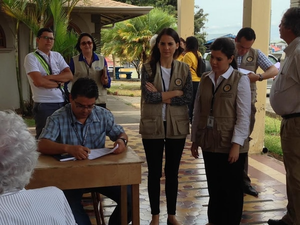 Siete observadores de la OEA y unos 47 de la Fundación para la Paz y la Democracia visitan hoy diversos centros de votación.
