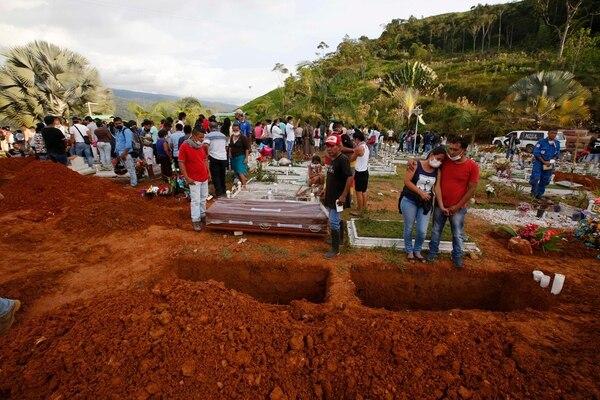 Decenas de personas asisten a un entierro masivo en el cementerio local. | FOTO: AP/FERNANDO VERGARA