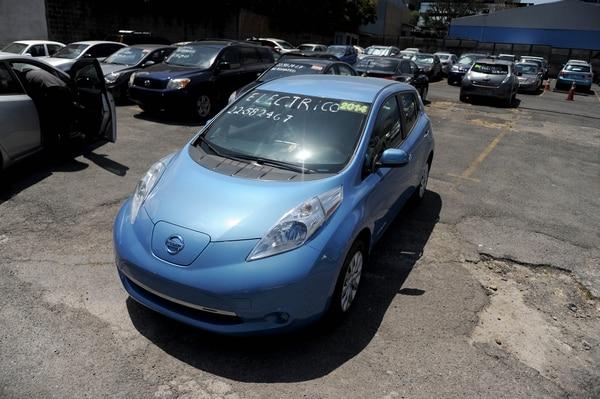 Landreni Autos, empresa que se dedica a importar carros eléctricos de segunda para venderlos en el país. Importan modelos como Chevrolet Spark y el Nissan LEAF. Fotografía: Melissa Fernández.