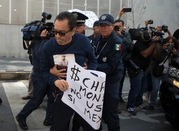 Un policía federal mexicano desalojó a José Luis González Méndez, quien fue defensor de Joaquín 'el Chapo' Guzmán, el domingo 21 de julio del 2019. Méndez bloqueó el paso de la caravana en la cual viajaba el secretario de Estado, Mike Pompeo, de visita en Ciudad de México.