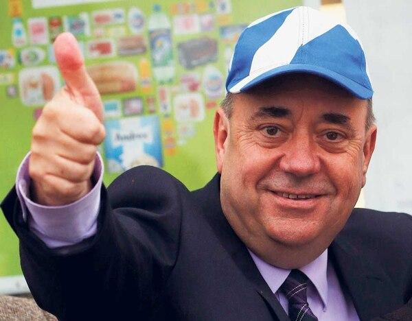 El ministro principal de Escocia y líder del independentismo, Álex Salmond, saludó el jueves a sus simpatizantes mientras caminaba en Newmachar.