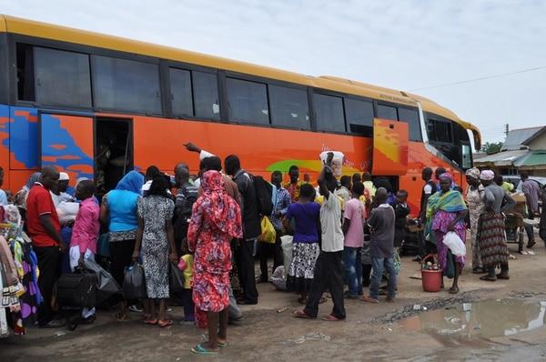 Nigerianos de Maiduguri huyen en buses de la violencia.   AP