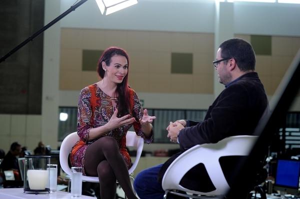 La actriz Jimena Franco conversa con el periodista Víctor Fernández, en el programa 'Diálogos', de Nacion.com. Foto: Melissa Fernández.