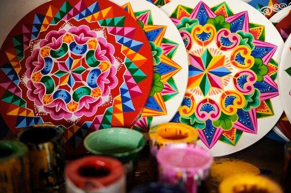 Las ruedas de las carretas destacan por sus coloridos diseños.La decoración es la etapa final del proceso de fabricación   LUIS NAVARRO