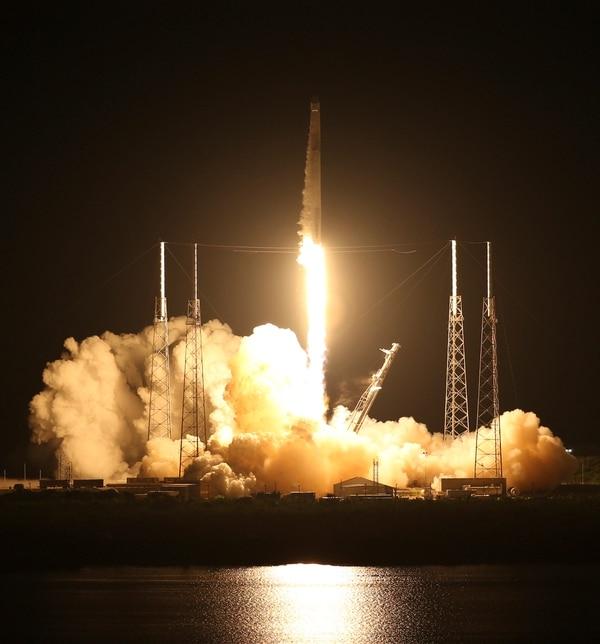 Foto con fines ilustrativos. Un cohete SpaceX Falcon 9 se lanzó el viernes 29 de junio de 2018 en el Complejo de lanzamiento 40 en Cabo Cañaveral, Florida. El cohete Falcon transportaba casi 6,000 libras (2,700 kilogramos) de carga (Red Huber / Orlando Sentinel / AP)