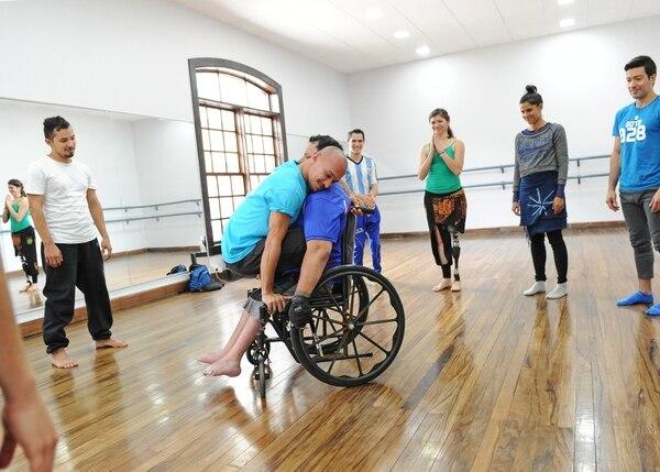 Mario Vircha de la Compañía Nacional de Danza abraza a Luis Flores, presidente de Desamparados Inclusivo.