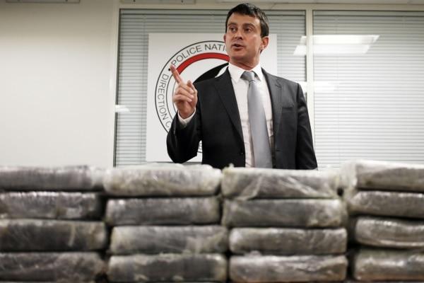 Manuel Valls, Ministro del Interior francés, habló con periodistas en frente de la cocaína incautada por la policía francesa, el 21 de setiembre, en Nanterre (Francia). Valls anunció que 1,3 toneladas de cocaína pura se encontraron a bordo de un avión de carga de la aerolínea Air France.