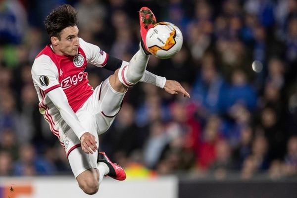 El argentino Nicolas Tagliafico es una de las figuras del Ajax, club que era líder en Holanda, hasta que se canceló la temporada 2019-2020 por el covid-19. Fotografía: AP Photo/Bernat Armangue.