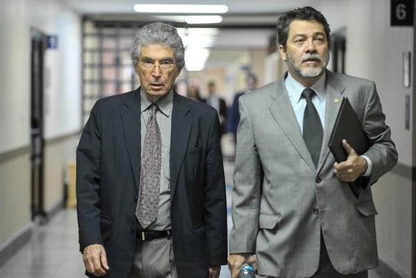 Roberto Dobles (i) sale del trbunal tras escuchar la sentencia sobre el caso Crucitas.