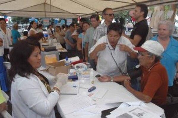 El IVM tiene en su poder el 17,5% de los bonos de deuda interna del Gobierno. Ancianos son atendidos por empleados de la Caja en una feria de salud en el parque Morazán, en San José. | ARCHIVO/JOSÉ RIVERA