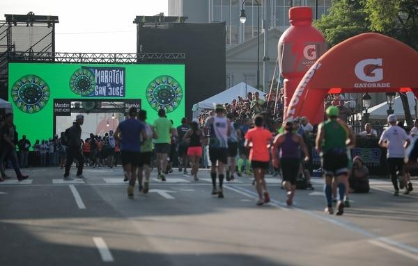 Así lució la meta en la primera edición de la Maratón de San José, ubicada en avenida segunda.