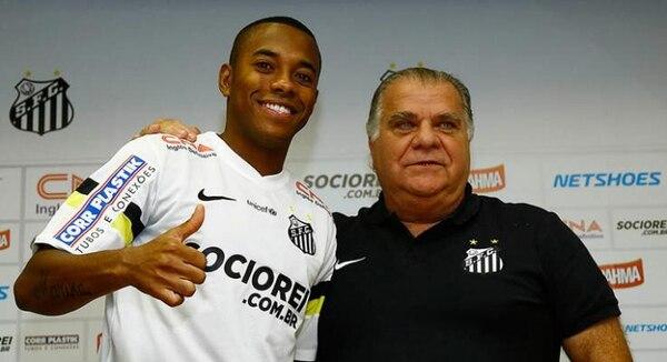El jugador brasileño Robinho (izquierdo) es presentado este jueves por el presidente del club Santos, Odílio Rodrigues (derecha), como nuevo jugador del equipo.