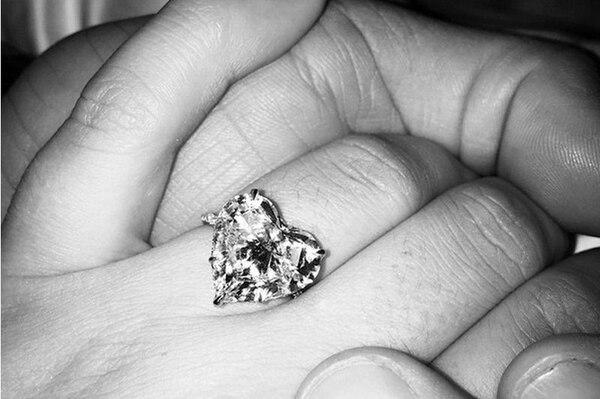 Así luce el anillo de compromiso de Lady Gaga.Foto tomada de Instagram