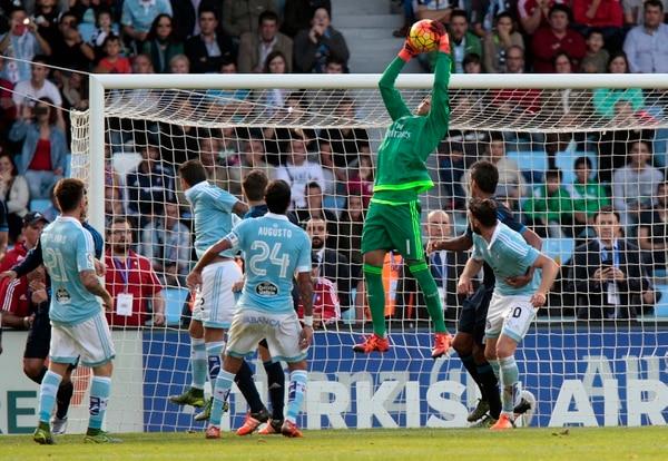 Keylor Navas se suspende en el aire para controlar una pelota que venía de tiro de esquina del Celta de Vigo.