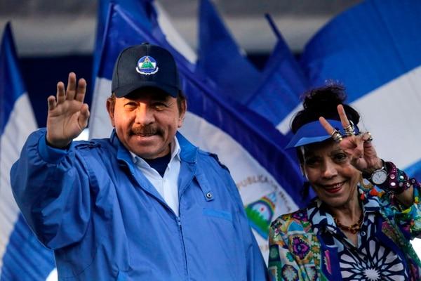 El presidente nicaragüense, Daniel Ortega (L) y su esposa y el vicepresidente Rosario Murillo, hicieron gestos a los simpatizantes durante un mitin en Managua, el 5 de setiembre del 2018. Foto: AFP