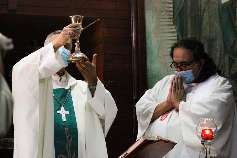 Monseñor Manuel Salazar Mora, obispo de Tilarán-Liberia, junto con el padre Javier Francisco Dengo Esquivel, el exorcista de la diócesis, están listos para pelear la guerra contra el diablo.