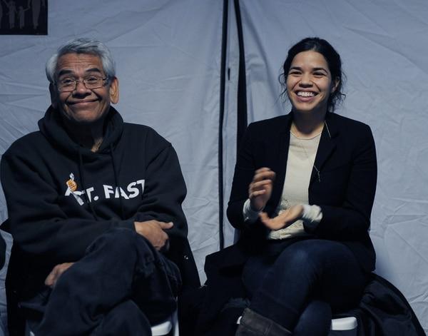 El activista Eliseo Medina y la actriz América Ferrera visitaron el campamento donde están instalados los huelgistas de Ayuno por las Familias. Los senadores demócratas por Nueva Jersey Robert Menéndez y Cory Booker se sumaron hoy durante un día a la huelga de hambre para presionar por la aprobación de una nueva ley migratoria.