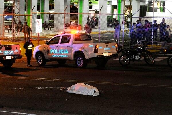En el asesinato de este martes frente a la terminal de buses Caribeños, el OIJ halló múltiples casquillos. Foto Rafael Murillo