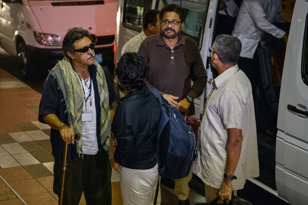 El jefe negociador de la guerrilla, Iván Márquez (café) y miembros de la delegación de las FARC llegaron est ejueves a Cuba para otra nueva ronda de negociación.