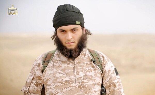 Un video de propaganda yihadista, distribuido el lunes por el grupo al-Furqan Media, muestra a Mickäel Dos Santos, otro de los franceses que ha actuado como verdugo a las órdenes del Estado Islámico.   AFP