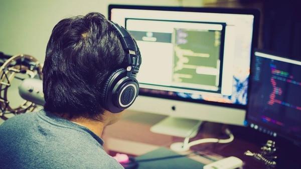 La inmensa mayoría de los expertos en IA son hombres caucásicos, con lo cual se están creando algoritmos sesgados que siguen su patrón de pensamiento. (Foto: Pixabay)