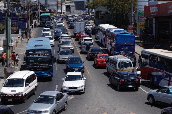 El ajuste de precios que planteó Recope estaría vigente a finales de mayo. Imagen con fines ilustrativos de vehículos en vías de San Pedro en Montes de Oca (San José). Foto: José Cordero