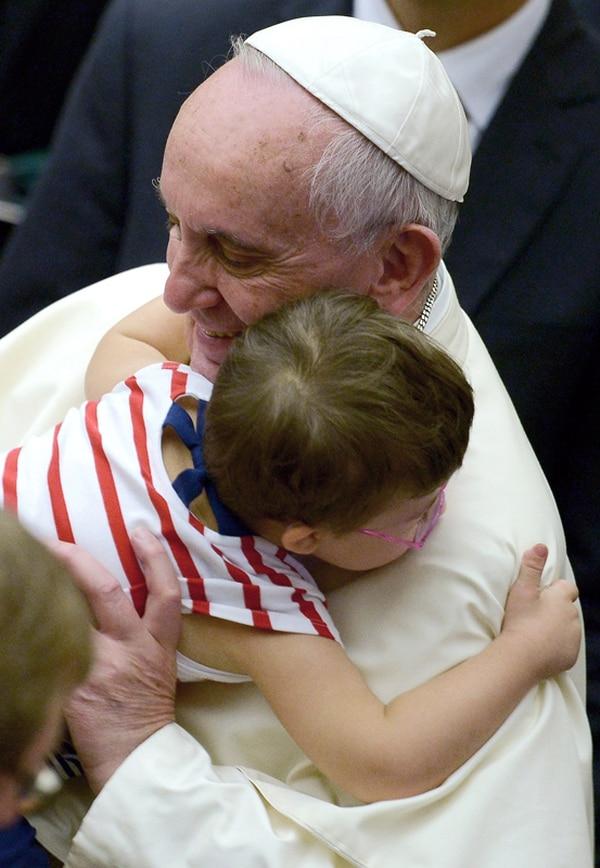Francisco saludó a este niño el sábado en el Vaticano. | AFP