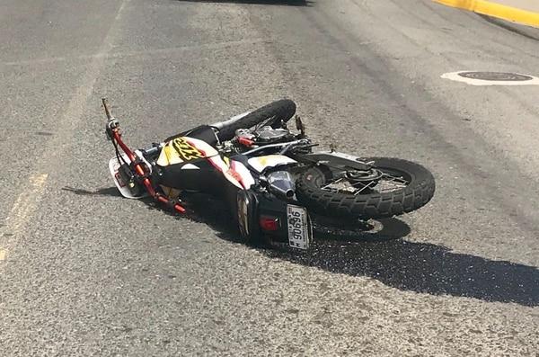 La moto es una Honda modelo 94, la cual pegó de frente contra el camión y quedó tirada en la vía pública. Foto: Alonso Tenorio.