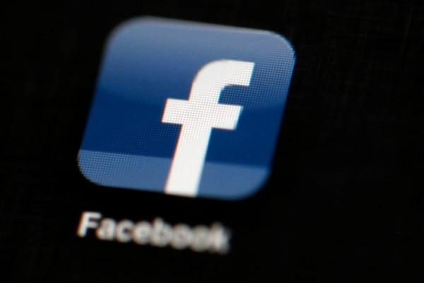 Facebook no indicó la cantidad de personas dedicadas a identificar y bajar los videos infractores, pero aseguró que aquellos que no cumplan con sus políticas usuales serán removidos y los que sean denunciados seguirán siendo revisados por equipos de verificadores externos. (AP/Matt Rourke, File)