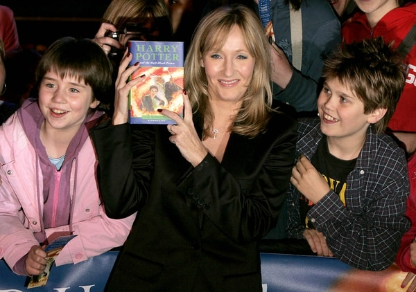 La escritora británica JK Rowling saltó a la fama con la saga de Harry Potter.