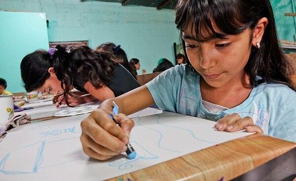Niños de Guararí de Heredia elaboran agendas y pinturas que estarán disponibles en el centro comercial, como parte de la liberación de libros.