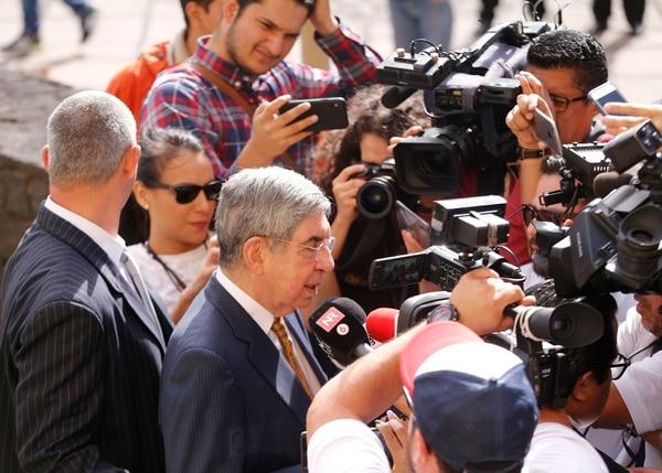 El expresidente de la República y Premio Nobel de la Paz, Óscar Arias Sánchez, se negó a referirse públicamente a las dos denuncias sexuales en su contra, tras su salida de los Tribunales de Justicia de San José, la mañana del miércoles. Foto: Albert Marín.