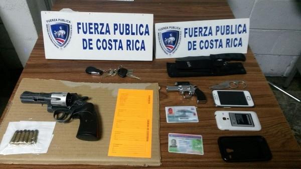 Además del revólver y seis municiones, la Fuerza Pública dejó ante la Fiscalía otros bienes y documentos que portaban los sospechosos.
